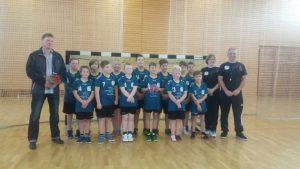 Ferienpark – An der Metow unterstützt E-Jugend Handballer mit neuen Trikots